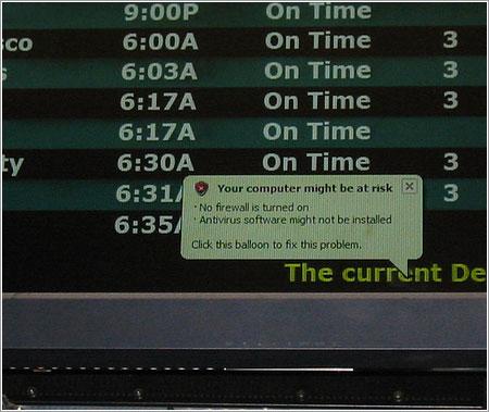 Aviso de fallo de seguridad en la pantalla de un aeropuerto © sibrett84