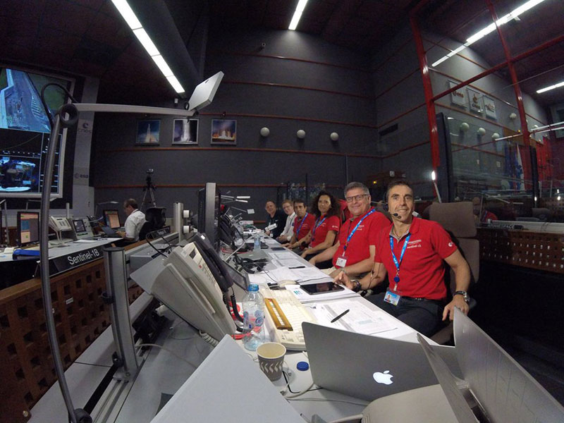 La sala de control en Kourou con Ramón Torres en primer plano