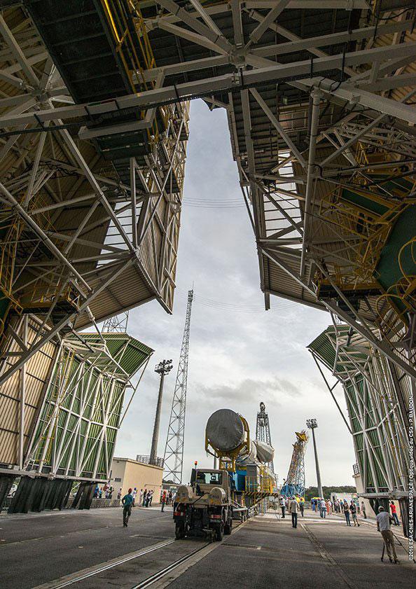 El Soyuz pasando por el interior del edificio auxiliar