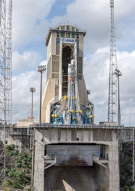 El edificio de servicio a punto de engullir al Soyuz