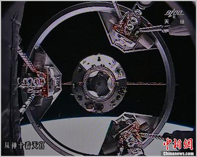 El Tiangong-1 a través del mecanismo de atraque de la Shenzhou-10