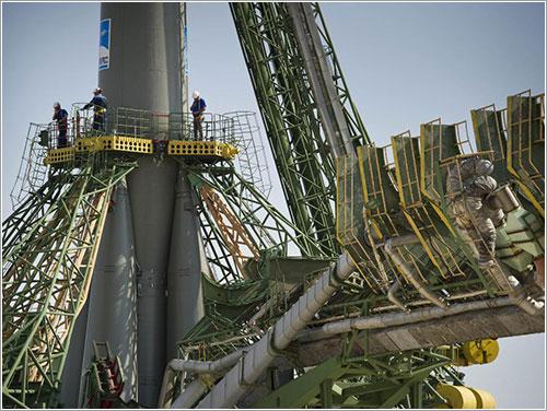 Técnicos preparando el lanzamiento