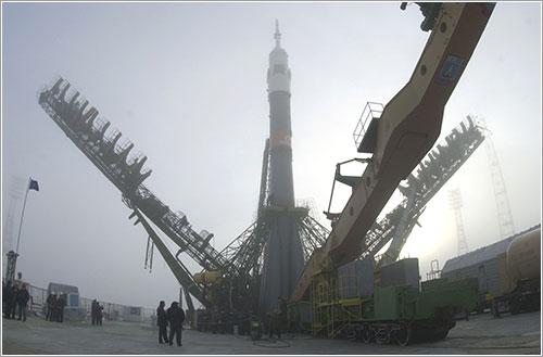 La SOyuz TM-31 con los brazos de sujección aún sin levantar