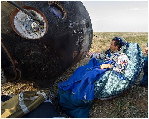 Joe Acaba firma el lateral de la cápsula - NASA/Carla Cioffi