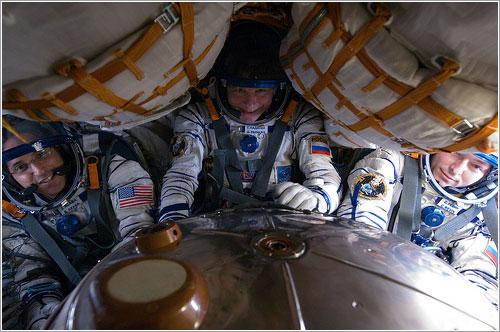 Una prueba de estanqueidad de los trajes a bordo de la Soyuz TMA-04M