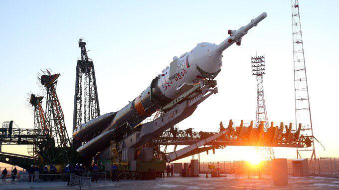 La Soyuz TMA-19M siendo erigida en la plataforma de lanzamiento