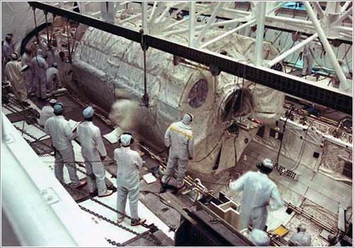 Instalación del Spacelab en la bodega de carga