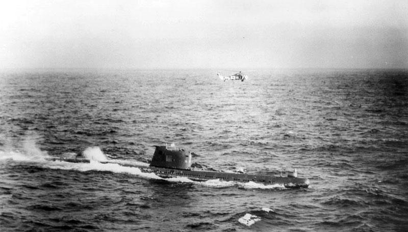 El submarino B-59 y un helicóptero estadounidense