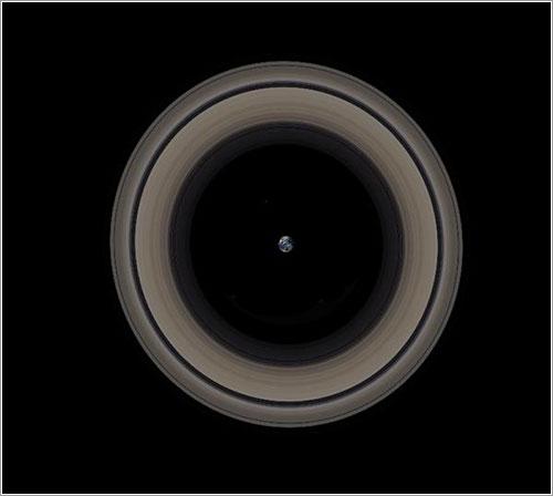 La Tierra con los anillos de Saturno