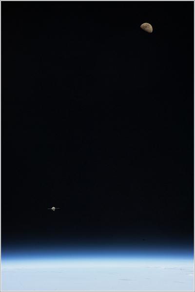 La Tierra, la Luna, y la Soyuz TMA-07M - NASA