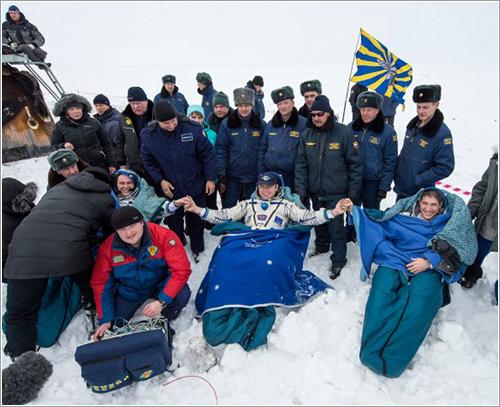 Los tripulantes de la Soyuz TMA-10M ya en tierra