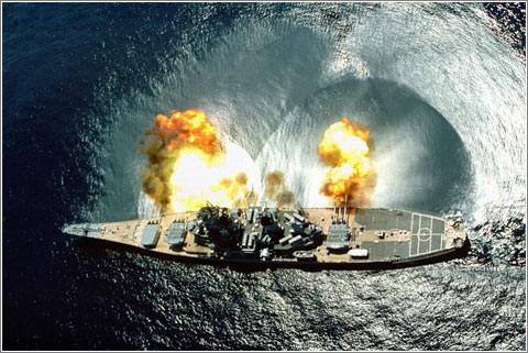 El USS Iowa disparando sus cañones