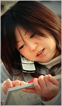 Chica usando un móvil