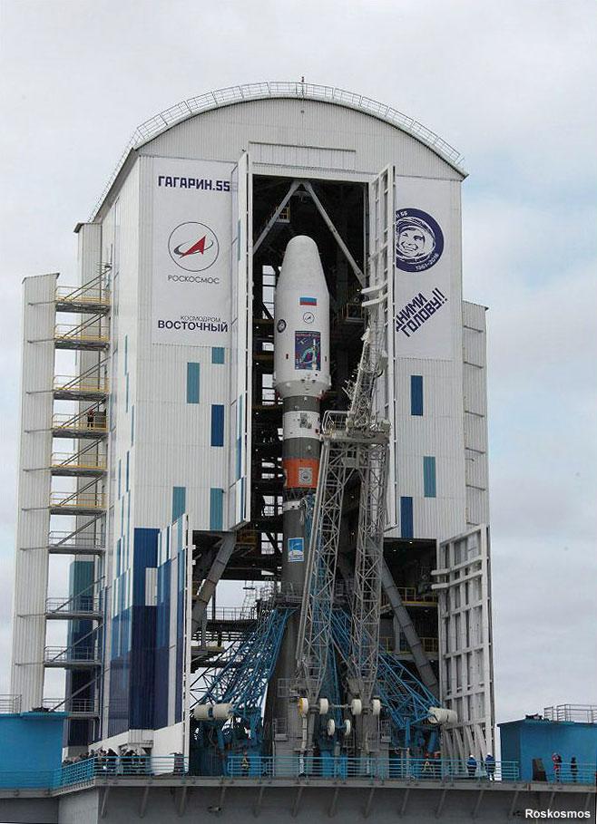 La torre de servicio móvil a punto de cubrir el cohete