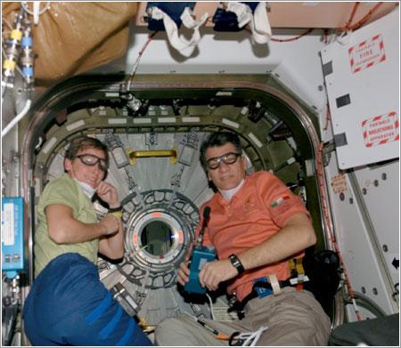 Whitson y Nespoli a punto de abrir Harmony / NASA