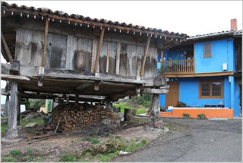 Horreo y casa azul