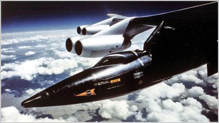 Un X-15 colgando del ala de su B52 nodriza