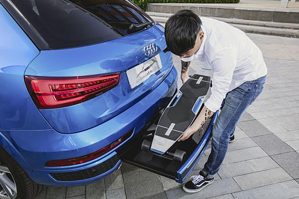 Audi-Q3-Mobility-Patinete