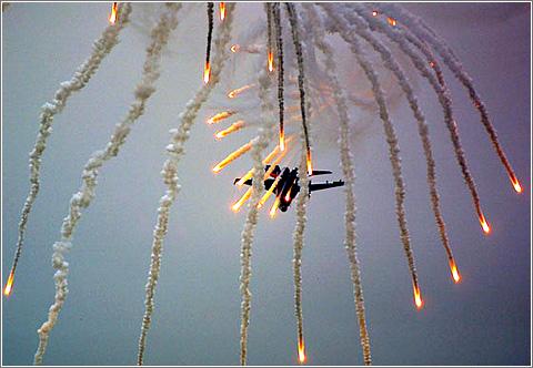 Aviones lanzando benagalas