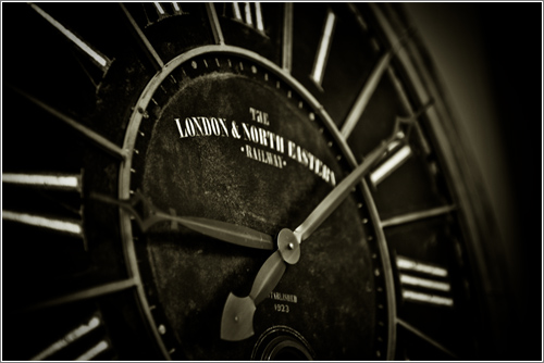 Black Antique Clock (CC) Tibchris @ Flickr