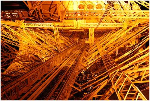 La torre Eiffel vista desde perspectivas inusuales y los 72 científicos cuyos nombres fueron grabados en ella