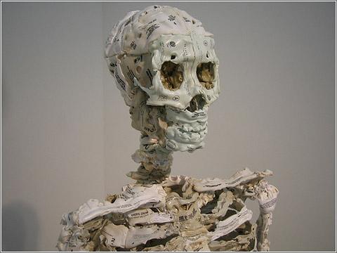 Esqueleto con cintas de audio