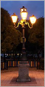 La farola más antigua del barrio de La Prosperidad, Madrid, adaptada a electricidad tras haber sido de gas (CC)-by Alvy