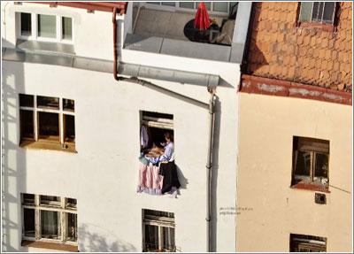 Una mujer en una ventana…