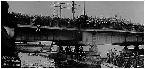 Houdini en un reto en el Puente de Harvard
