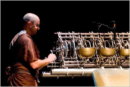 Un monje operando el generador de campanadas del reloj