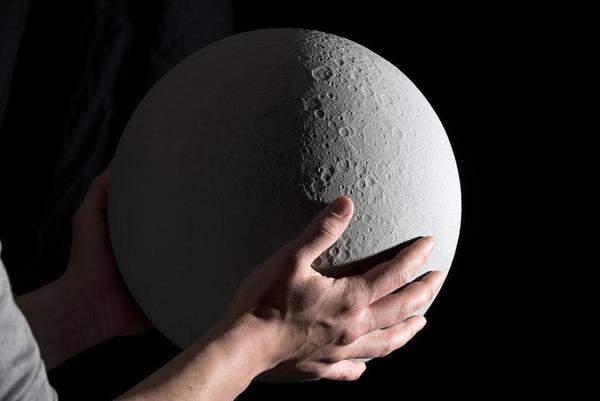 Moon: globo lunar a escala