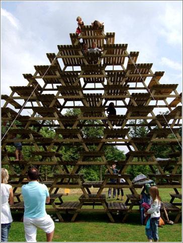 Mesas de picnic apiladas. Rest, por Martijn Engelbregt y Miguel Brugman