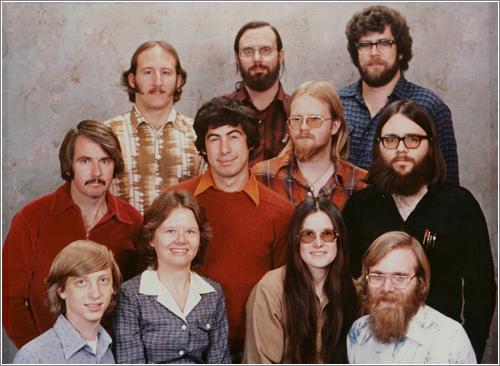 1987. De izquierda a derecha y de arriba a a abjo: Steve Wood, Bob Wallace y Jim Lane. Bob O'Rear, Bob Greenberg, Marc McDonald, y Gordon Letwin. Bill Gates, Andrea Lewis, Marla Wood, y Paul Allen