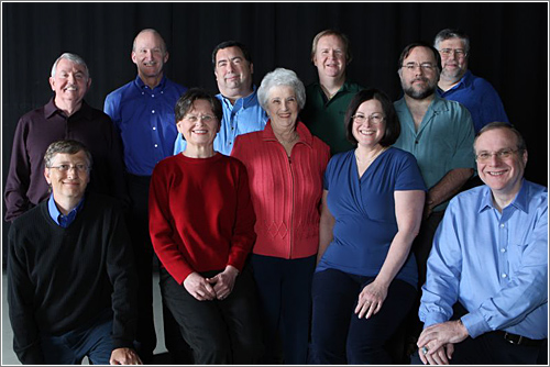 2008: De izquierda a derecha y de arriba a a abjo: Bob O'Rear, Steve Wood, Bob Greenberg, Marc McDonald, Gordon Letwin y Jim Lane. Bill Gates, Andrea Lewis, Miriam Lubow, Marla Wood, y Paul Allen