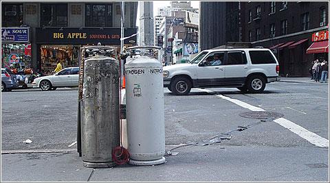 Dos bombonas de nitrógeno en una calle cualquiera