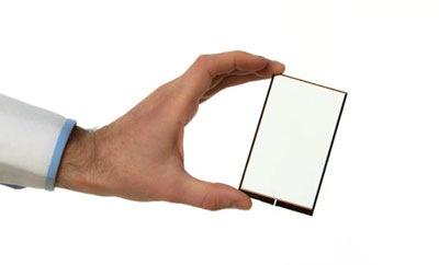 Esta lámina transparente se coloca en la pantalla del móvil y carga la batería