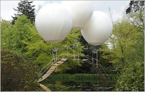 puente-colgante-globos-helio.jpg