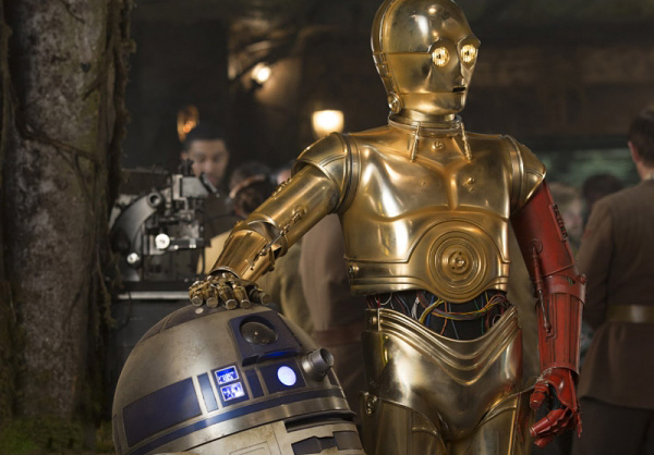 R2D2 C3PO Red Arm en The Force Awakens