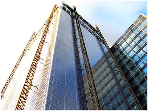 Rascacielos con paneles solares