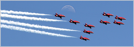 Red Arrows y la Luna