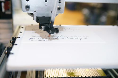 Robot-Escribe-Letra-Personas-Humanas