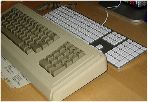 Apple Keyboard vs. Apple Lisa Keyboard (circa 1983) (CC) Blake Patterson @ Flickr