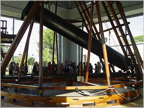 Telescopio de Herschel de 25 pies de longitud, reproducción 1:1 (CC) Alvy
