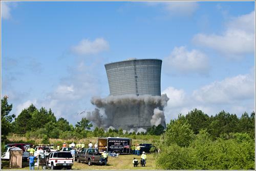 Torre de refrigeración gigantesca + demolición con explosivos = …