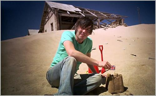 Brian Cox demostrando las propiedades de la entropía en un desierto africano… en vez de en la playa de al lado de su casa. ¡Eso es poderío!