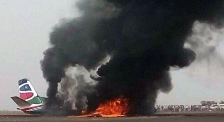 Los restos del An-26 en llamas