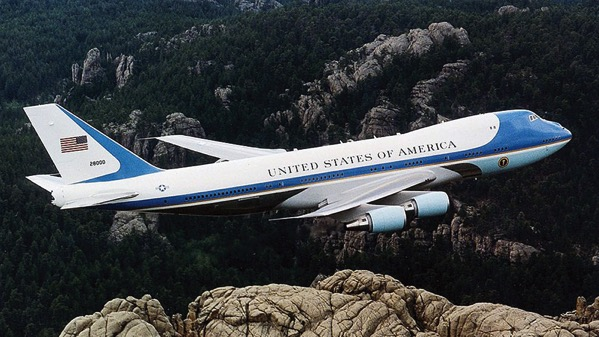 El Air Force One sobre el Monte Rushmore