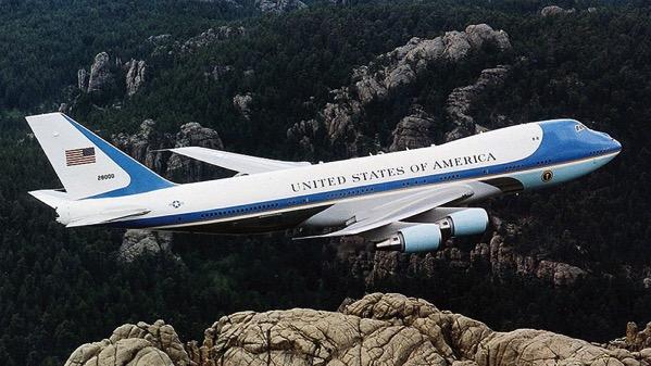El Air Force One sobre el Monte Rushmore