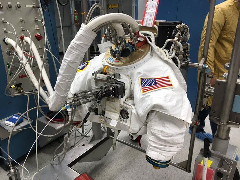 Traje espacial en la UVI