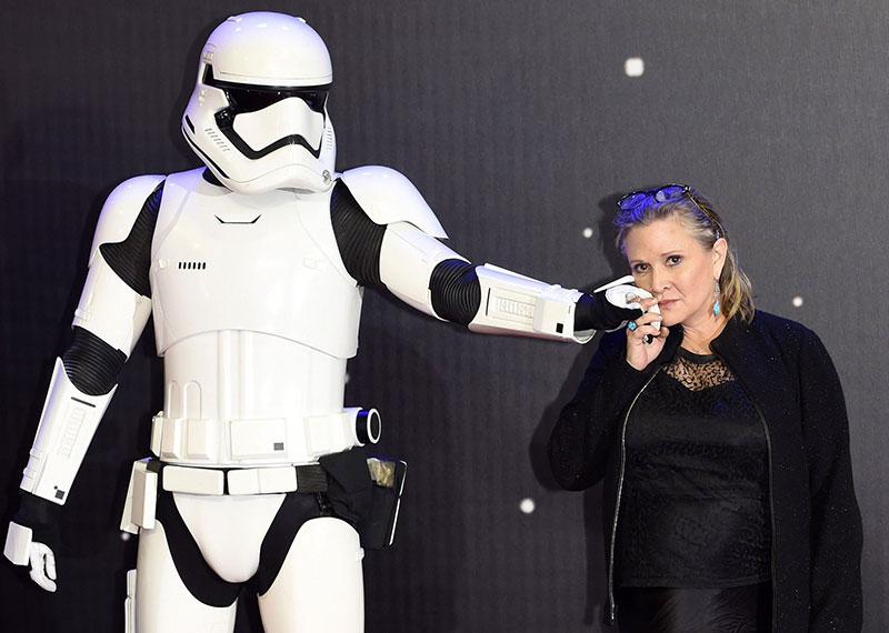 Carrie Fisher y un soldado imperial